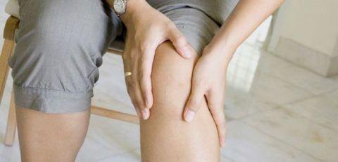 Коксартроз коленных суставов на начальном этапе проявляет себя периодическими болями в ногах.
