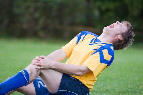 Одной из причин развития коксартроза коленей у спортсменов являются профессиональные травмы.