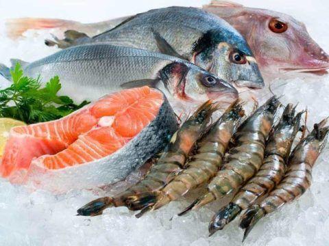 При заболевании суставов хорошо включать в свой рацион рыбу и морепродукты.