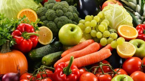 При заболеваниях коленей стоит обогатить свой рацион за счет свежих и приготовленных на пару овощей и фруктов.