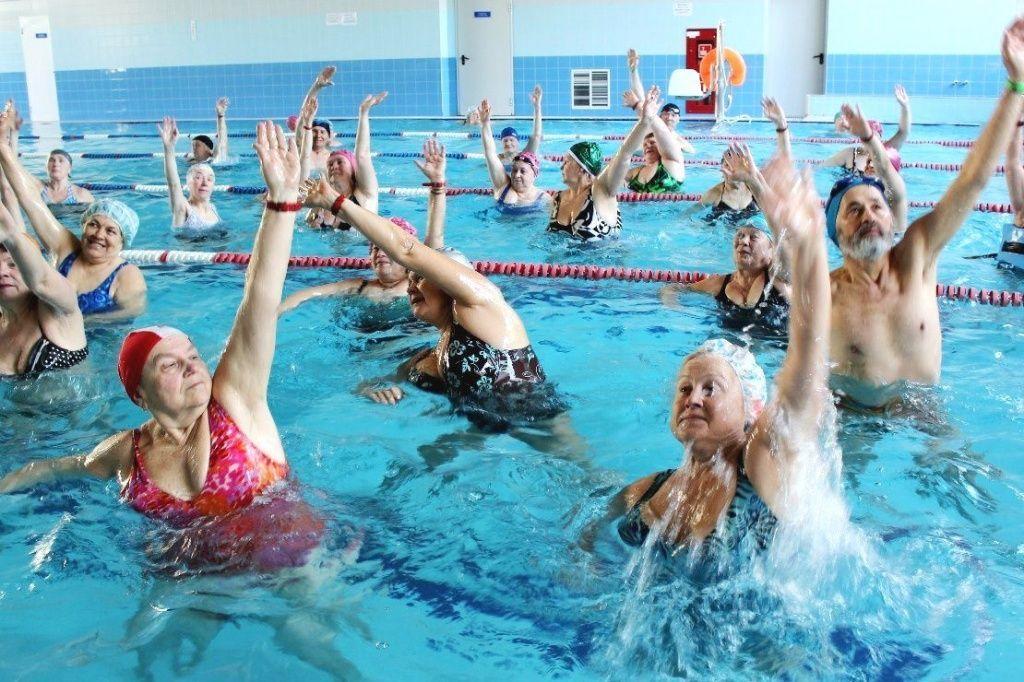 Занятия в бассейне помогают остановить процесс разрушения суставов, а также уменьшить неприятные симптомы гонартроза.