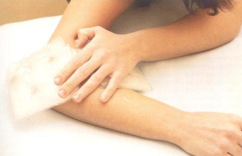 Для облегчения боли на локоть накладывают компрессы