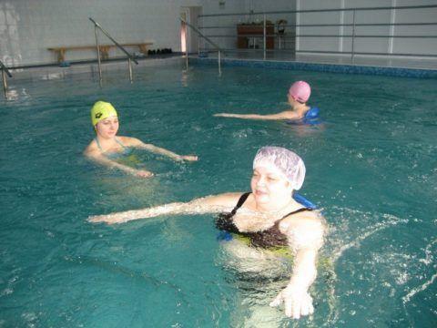 Комплекс упражнений при заболеваниях суставов таза можно выполнять и в бассейне. В этом случае нагрузка будет более щадящая.