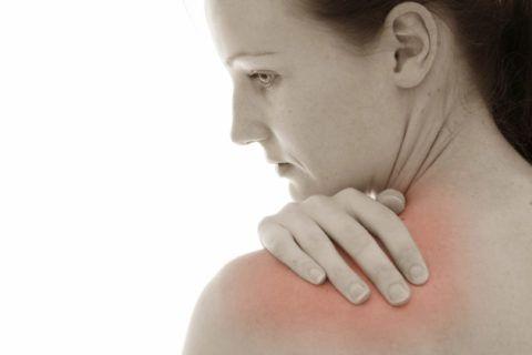 Основной признак развития воспалительного процесса — покраснение кожи в области плеча
