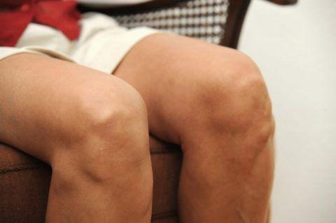 Первыми симптомами артроза являются боль и похрустывание в суставе