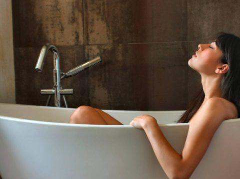 Сидячие ванны (как на фото) при заболевании тазовых сочленений помогают снять напряжение в суставе и уменьшить болезненность.