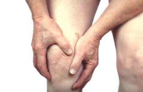 Артропатия и боли в колене могут быть следствием перенесенного ранее воспалительного заболевания.