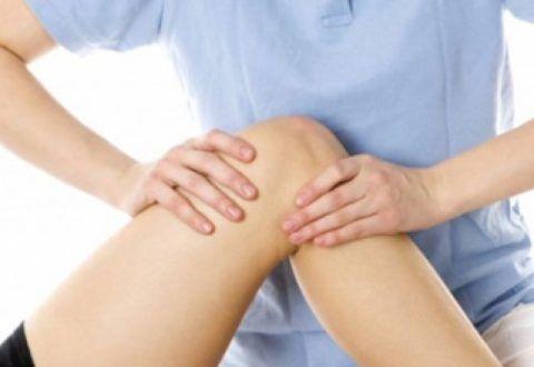 Массаж при заболеваниях коленей является вспомогательным методом терапии.
