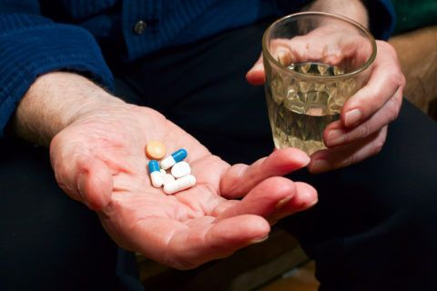 На начальных стадиях заболевания суставов коленей в лечении недуга будет достаточно приема таблетированных препаратов и соблюдения диеты.