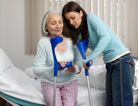 На поздних стадиях заболеваний суставов таза больной может передвигаться только с помощью костылей (ходунков, инвалидной коляски), что значительно ухудшает качество жизни больного. Вот почему необходима операция!