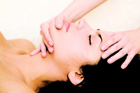 При артрозе широко используется массаж челюсти