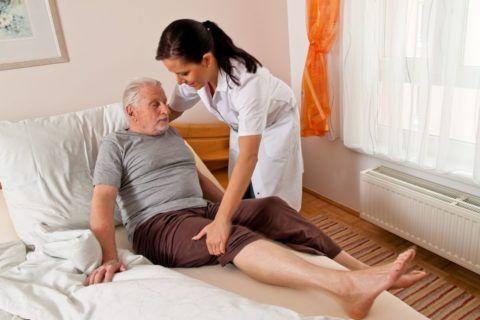 При прогрессировании заболеваний суставов таза больной страдает от непрекращающейся сильной боли.
