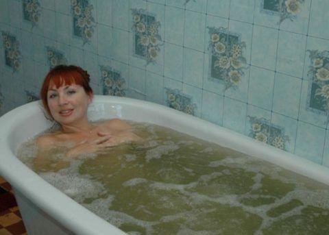 При заболевании суставов коленей можно принять ванну с еловым настоем.