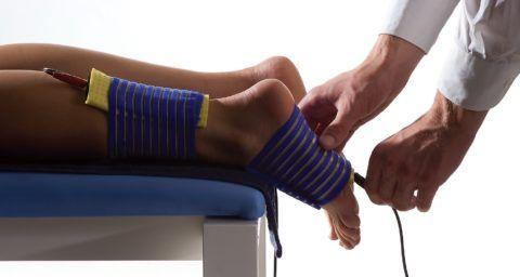 Процедура электрофореза позволяет доставить лекарственное вещество непосредственно к суставу