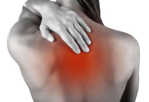 Боли при ирриативно-рефлекторном синдроме при ущемлении корешков нижних шейных позвонков проявляются между лопатками