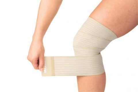 Эластичным бинтом для фиксации суставов пользуются и спортсмены, и люди с заболеваниями конечностей.