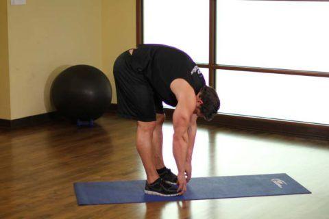 Физкультура при сколиозе 2 степени в этом блоке упражнений делится на два варианта: стоя и на четвереньках.