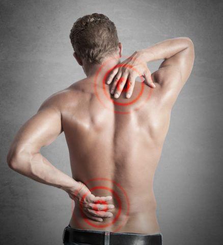 Поражение суставов позвоночника проявляется выраженным болевым синдромом