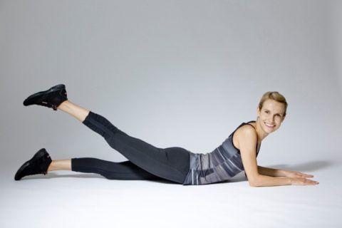 В отличие от положения на этом фото, Бубновский советует – прижать плечевой пояс к полу, предплечья развернуть назад, локти направлены вверх, смотреть вперёд.