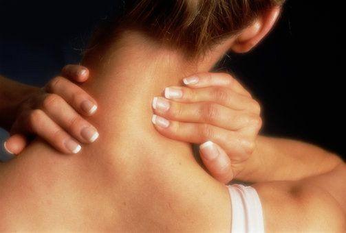 При солевых отложениях в сочленениях, больные отмечают боли и хруст при движении.