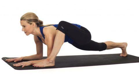 Асана дополнительно раскрывает грудную клетку и замечательно растягивает мышцы задней поверхности бедра