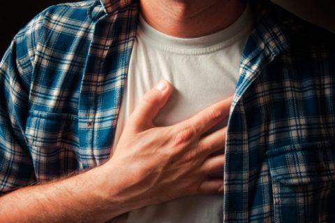 Боль в груди может навести человека на мысли о проблемах с сердцем