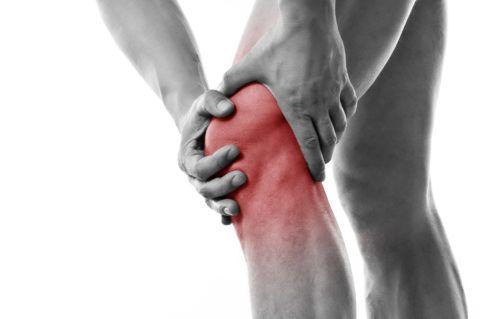 Для поздних стадий артрита характерны сильная боль, отек и покраснение коленного сустава
