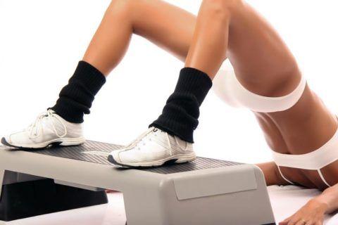 Для реабилитации в домашних условиях всем подойдут упражнения, выполняемые на высокой степ-платформе