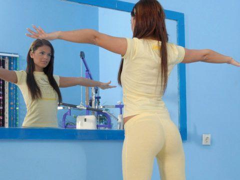 Изометрическая лечебная физкультура при лечении шейного остеохондроза выполняется перед зеркалом (контроль положения головы), и по началу можно не снимать удерживающий бандаж