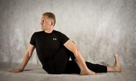 Классическая асана йоги для начинающих – скрутка Маричиасана
