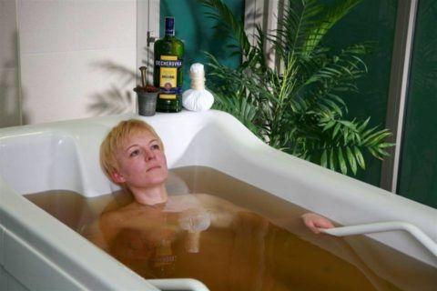 Лечить больные сочленения можно с помощью специальных ванн.