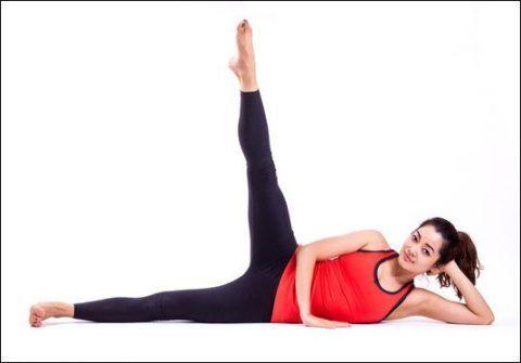 Лежа на боку выполняйте движения предельно медленно и аккуратно
