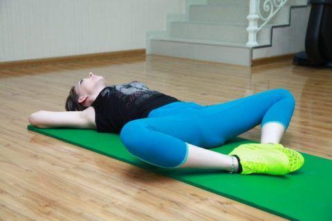 На фото – следующий, более сложный вариант этого упражнения, когда во время разведения колен, «раскрываются» и стопы, соединяясь подошвами