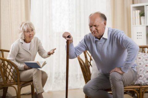 Необходимо пользоваться тростью или костылями, чтобы как-то двигаться и не нагружать колено (колени)
