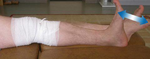 Первые упражнения после замены сустава выполняются в положении лежа с щадящей активностью. В дальнейшем их можно продолжить дома