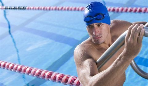 Плавание при протрузиях является лучшим видом лечения, но профессиональным пловцам надо снизить тренировку стартов до минимума, а остальным заходить вводу только по лестнице