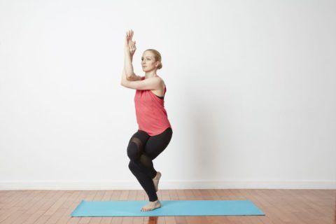 Поза Орла также помогает при ревматизме конечностей, варикозе и судорогах мышц ног, но запрещена при травмах коленных суставов