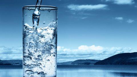 Правильный питьевой режим поможет предотвратить накопление солевых отложений в суставах.
