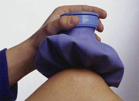 Прикладывание льда к колену при бурсите