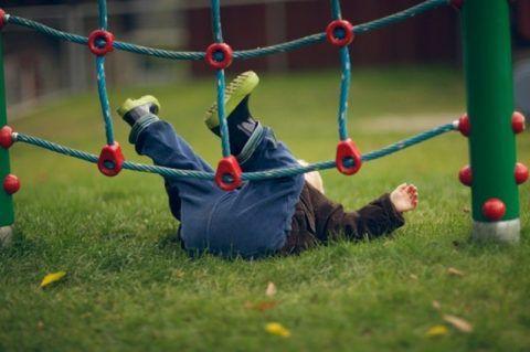 У детей падение на спину, произошедшее на ровном месте или с небольшой высоты, часто заканчивается травмами