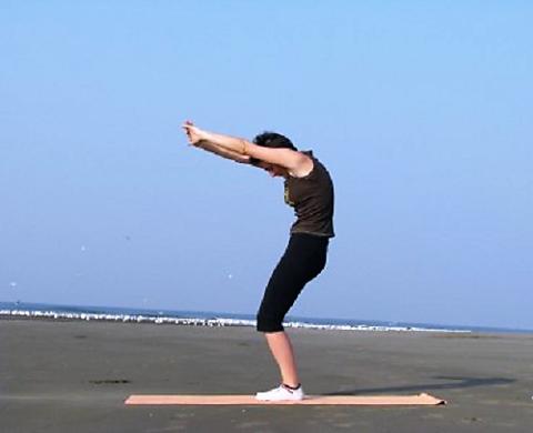 Упражнение начинайте из исходного положения – ноги вместе, руки вверх, кисти в замке, скрестив пальцы