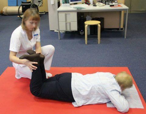 В положении лежа конечности сгибают в коленях и фиксируют на 5-6 секунд.