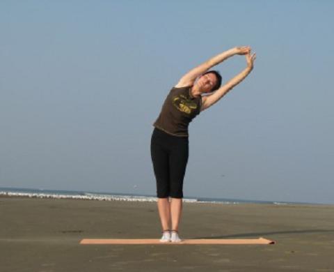 В такой позиции полу-наклона максимально тянитесь руками вверх-строну