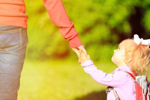 Травма у ребенка может произойти при дергании за руку