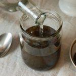 Для приготовления настойки толченый пчелиный подмор заливают спиртом