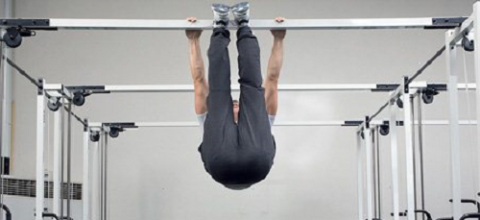 Для растяжки спины необходима фиксация на подъёмах стоп