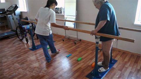 Комплекс упражнений выполняют для двух ног под чутким руководством специалиста.