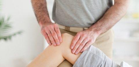 Массаж при контрактуре колена входит в комплексное лечение.