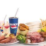 Неправильное питание (как на фото) и алкоголь приводят к дисбалансу в организме