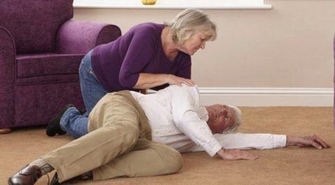 Перелом шейки бедра свойственен пожилым людям, особенно женщинам